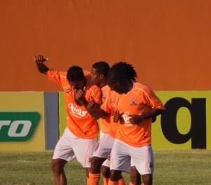 Maycon comemora o 2º gol com os companheiros