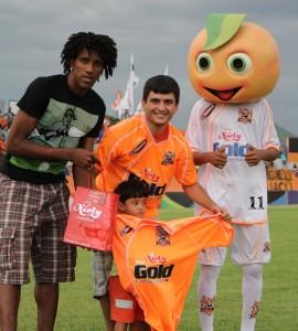 José recebeu das mãos de Cortês e da Laranjinha a camisa oficial