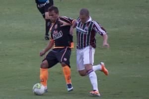 Luãn disputa a bola com Edinho