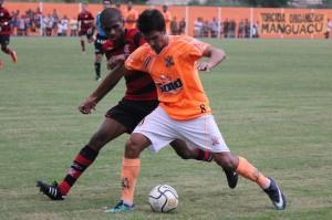 Vinicius tenta passar pela marcação