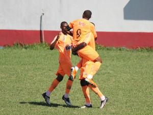 Lukian comemora o gol com os companheiros