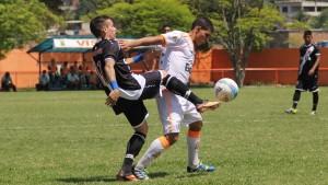 Carlos Henrique divide a bola com o jogador do Vasco